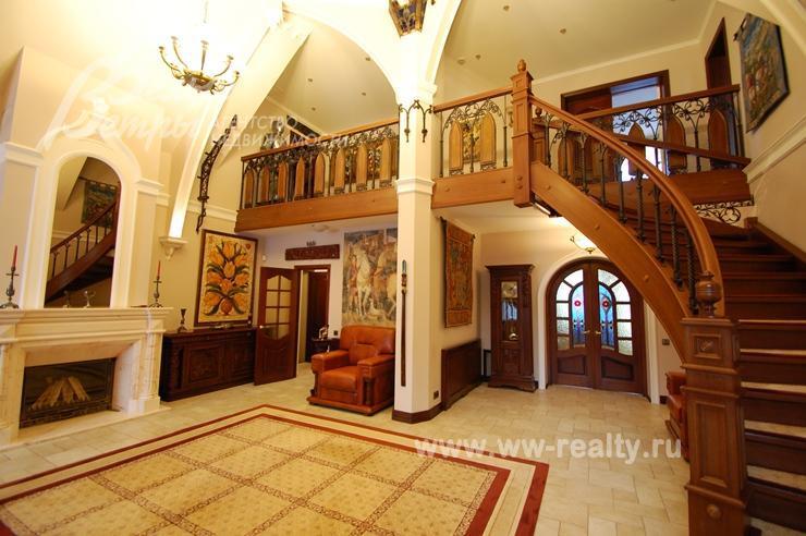 Холл с камином